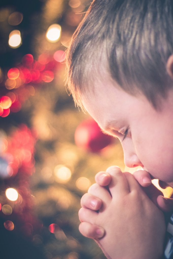 christmas-child-praying-853x1280