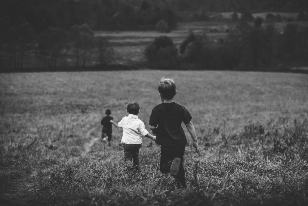 child-boys-running-in-field (1280x854)