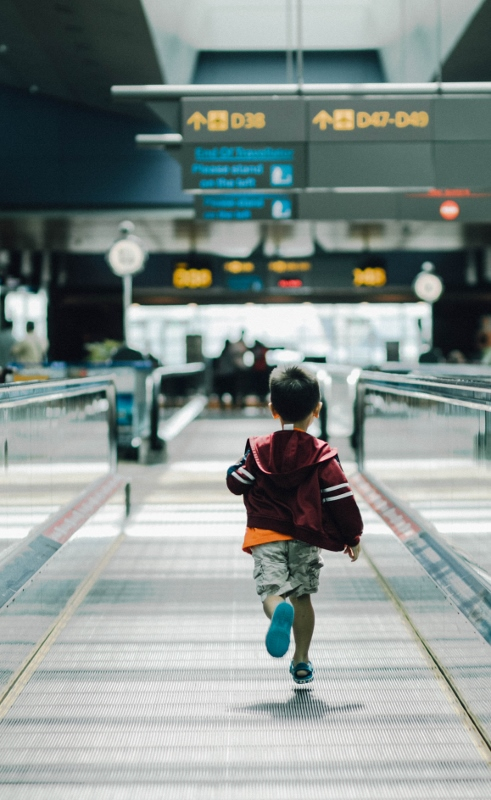 child-at-airport (491x800)