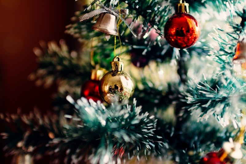 Christmas-tree-with-ornaments (800x533)