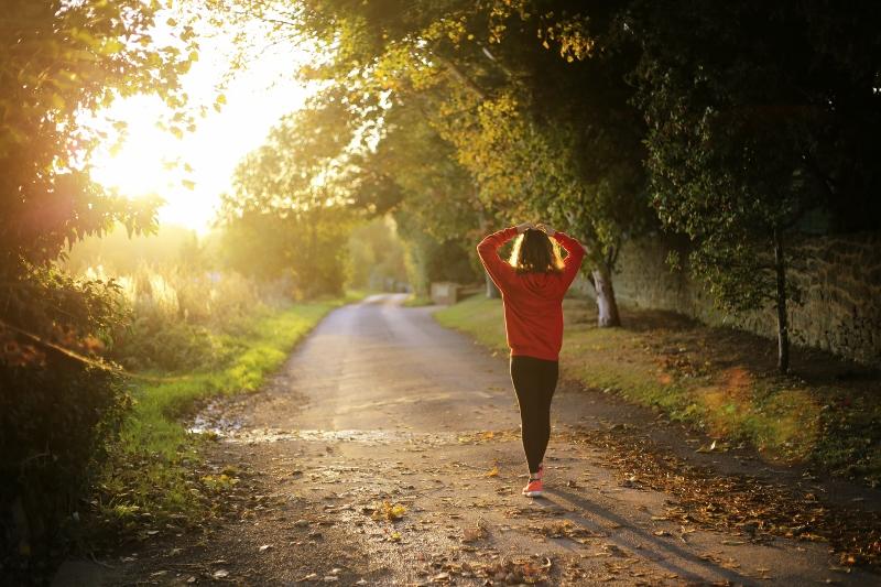 woman-runner-walking (800x533)